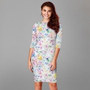 Frau mit hellem, bunt gemusterten Kleid