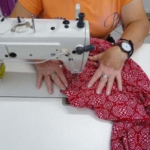 vernähen eines Kleidungsstücks mit der Nähmaschine